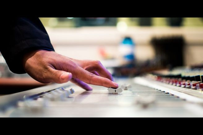 mixing-desk-351478_1920 edit